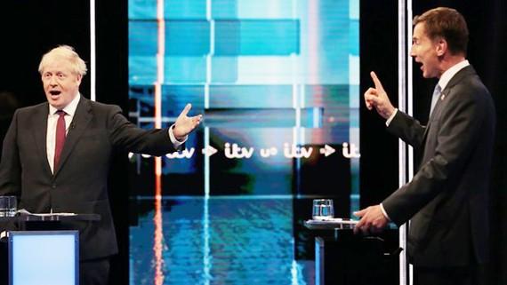 Hai ông Boris Johnson và Jeremy Hunt tranh luận 'nảy lửa' về vấn đề Brexit. Nguồn: news.sky.com