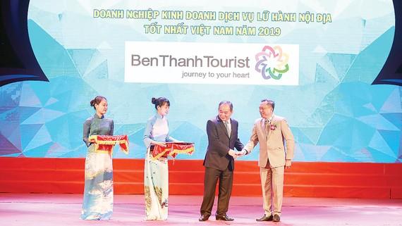 Lãnh đạo BenThanh Tourist nhận giải  Tốp 10 doanh nghiệp lữ hành hàng đầu Việt Nam