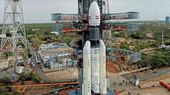 Tên lửa đẩy GSLV III Mark 1 mang theo tàu thăm dò Mặt trăng Chandrayaan-2 của Ấn Độ được đặt vào bệ phóng tại Trung tâm vũ trụ Satish Dhawan ở bang Andhra Pradesh, ngày 15/7/2019. Ảnh: Gadgets/TTXVN