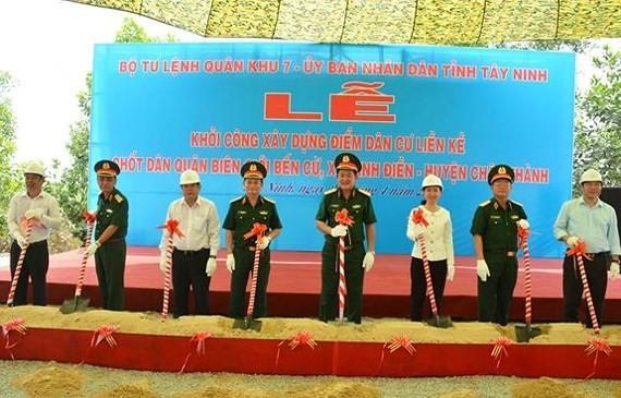 Các đại biểu lãnh đạo Quân khu 7 và UBND tỉnh Tây Ninh thực hiện nghi thức khởi công xây dựng cụm dân cư.