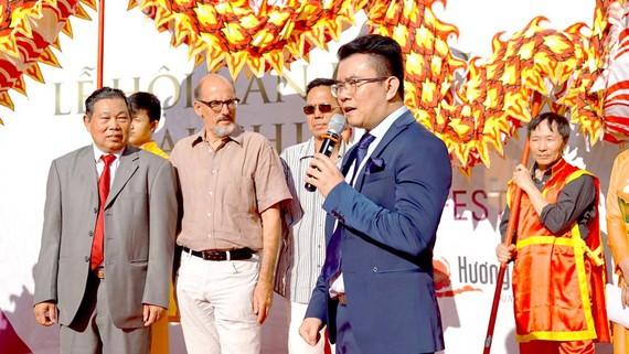 Tổng Biên tập Tạp chí Hương Việt Phạm Khánh Nam phát biểu  tại Lễ hội văn hóa Việt Nam - Hương Việt 2019