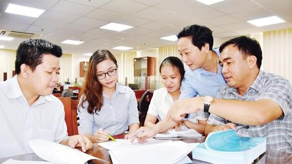 Thạc sĩ Phạm Đình Dũng (ngoài cùng, phải)  trao đổi với các kỹ sư của Trung tâm