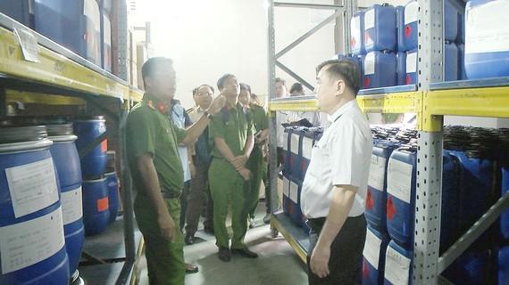 Đoàn công tác kiểm tra kho hóa chất của Công ty cổ phần Tập đoàn Thiên Long