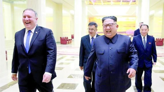 Ngoại trưởng Mỹ Mike Pompeo (trái) và nhà lãnh đạo Triều Tiên Kim Jong-un trong cuộc gặp hồi tháng 5-2018 tại Bình Nhưỡng
