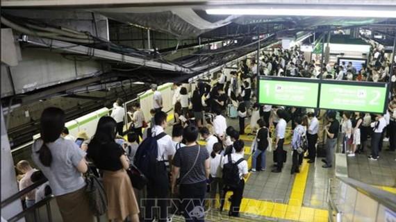 Hành khách xếp hàng tại nhà ga Meguro ở Tokyo khi các chuyến tàu bị ngưng trệ do cơn bão Faxai đổ bộ vào ngày 9-9. Ảnh: THX/TTXVN