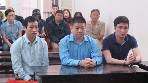 Bị cáo Lâm Hữu Sơn (giữa) cùng các đồng phạm