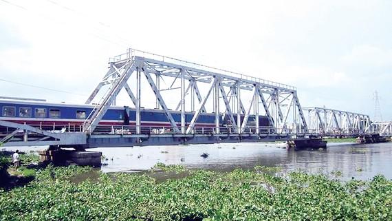 Giữ lại nửa cầu đường sắt Bình Lợi cũ để bảo tồn