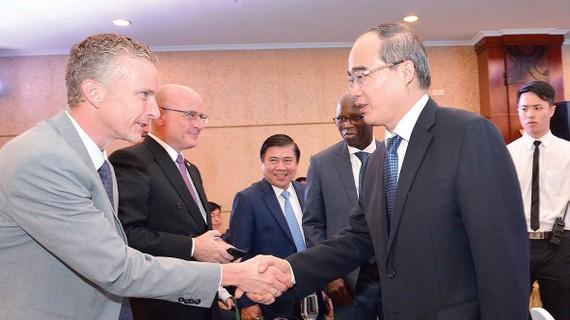 Bí thư Thành ủy TPHCM Nguyễn Thiện Nhân  trao đổi cùng các đại biểu tại hội thảo. Ảnh: Việt Dũng