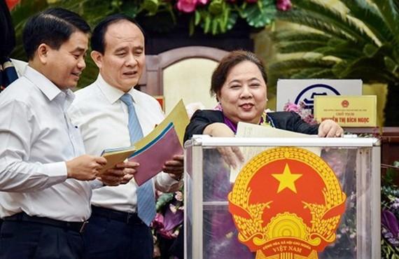 Bà Nguyễn Thị Bích Ngọc và các đại biểu bỏ phiếu tín nhiệm đối với 36 chức danh do HĐND TP Hà Nội bầu