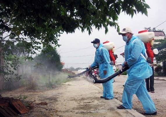 Phun hóa chất diệt muỗi phòng, chống dịch Sốt xuất huyết