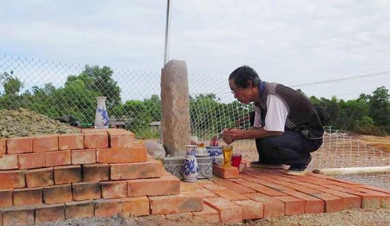 Ngôi mộ tạm do con cháu lập ngay trên vị trí tìm ra huyệt mộ vợ vua Tự Đức tại khu vực triển khai dự án bãi đỗ xe.
