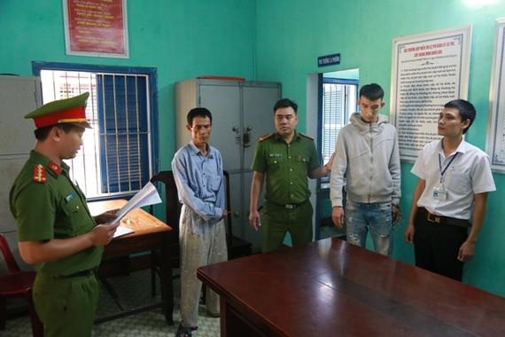 Công an đọc lệnh bắt tạm giam đối tượng Trần Ngọc Sơn