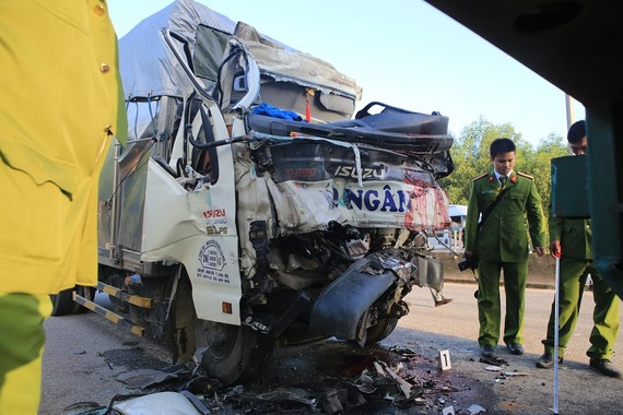Xe tải 37C – 09674  bẹp dúm sau vụ tai nạn