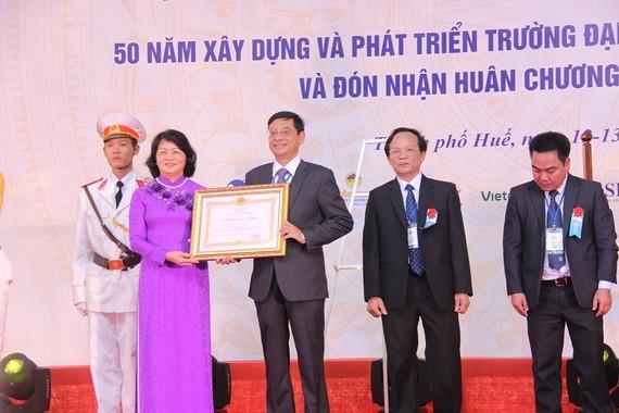 Phó Chủ tịch nước Đặng Thị Ngọc Thịnh  trao Huân chương Lao động hạng Nhất cho Trường Đại học Kinh tế- Đại học Huế.