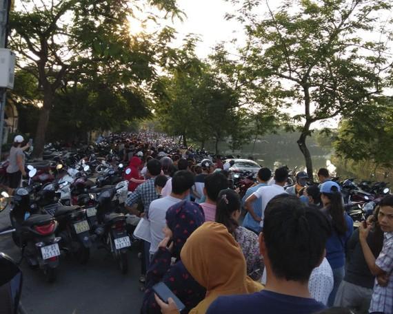 Hàng ngàn người đi đăng ký tiêm vaccine tại Huế