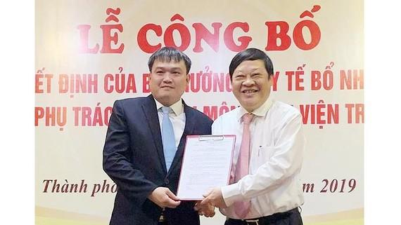 Thứ trưởng thường trực Bộ Y tế Nguyễn Viết Tiến trao quyết định bổ nhiệm Phó Giám đốc chuyên môn Bệnh viện Trung ương Huế cho TS.BS Nguyễn Thanh Xuân