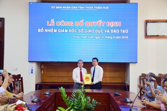 Trao Quyết định bổ nhiệm ông Nguyễn Tân (bìa phải) làm Giám đốc Sở GD-ĐT tỉnh Thừa Thiên - Huế. 