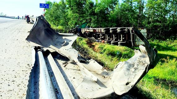 Xe container lật nhào làm taluy trên quốc lộ 1A bị đổ gãy, hư hỏng