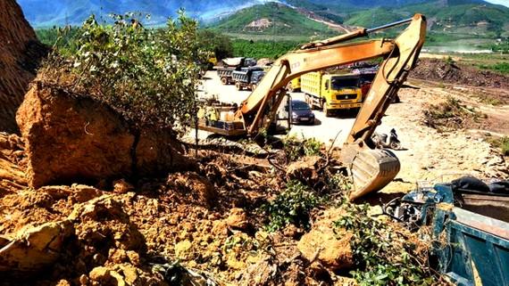 Hiện trường vụ tai nạn sập mỏ đất sáng 4-7 tại Hà Tĩnh