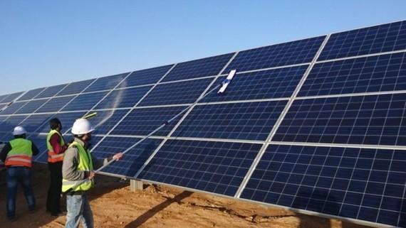 Lắp đặt hệ thống điện mặt trời. Ảnh minh họa từ internet