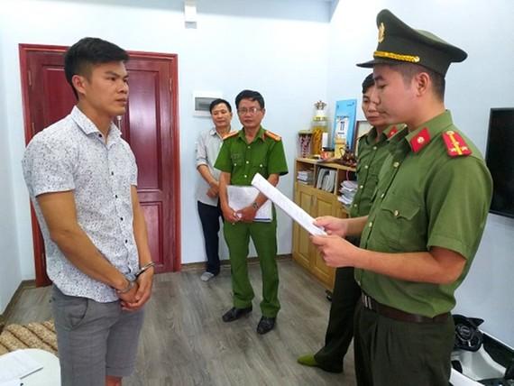 Công an điều tra đọc quyết định khởi tố đối tượng Phan Đại Lợi. Ảnh: Công an tỉnh Hà Tĩnh