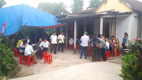 Người dân đến chia buồn với gia đình nạn nhân Phạm Văn Lành