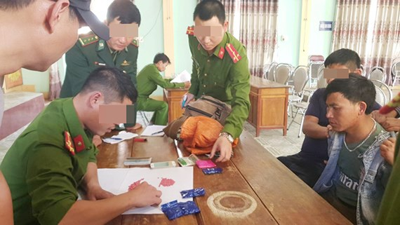 Đối tượng Nêng Po Dang bị bắt giữ cùng tang vật