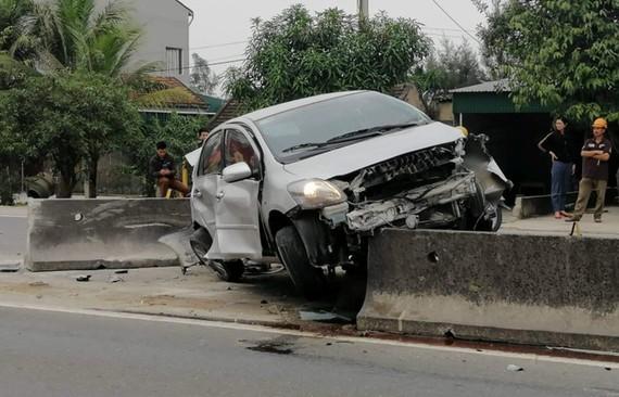 Xe ô tô con bị biến dạng phần đầu sau tai nạn
