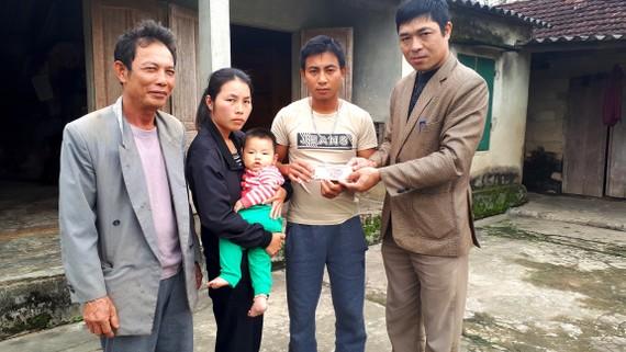 Đại diện UBND thị trấn Đồng Lộc và thôn Khe Thờ trao 10 triệu đồng của bạn đọc Báo SGGP cho gia đình anh Đại, chị Hiền