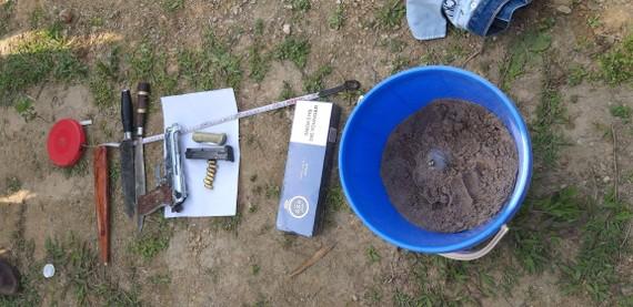 Súng, dao, lựu đạn được tìm thấy tại khu vực hiện trường