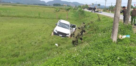 Lực lượng chức năng tiến hành khám xét chiếc xe ô tô tại hiện trường