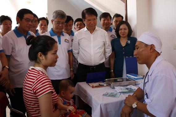 Lãnh đạo Bộ Y tế, UBND tỉnh Hà Tĩnh đã đến chứng kiến buổi tiêm chủng tại Trạm Y tế xã Tượng Sơn, huyện Thạch Hà, tỉnh Hà Tĩnh