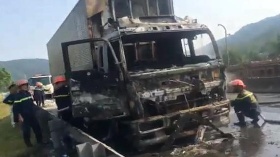 Cabin xe ô tô tải bị cháy còn trơ lại bộ khung