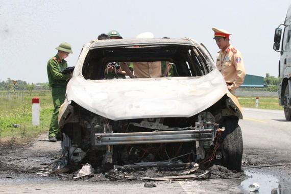 Xe ô tô bị cháy trơ khung
