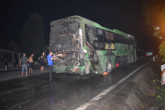 Chiếc xe ô tô khách bị hư hỏng nặng sau vụ cháy