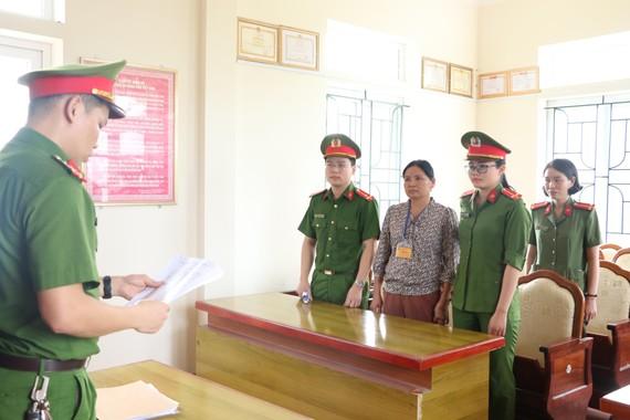 Công an tống đạt quyết định khởi tố bị can Hoàng Thị Hậu