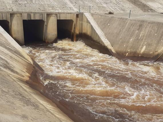 Nước tại công trình thủy lợi Ngàn Trươi - Cẩm Trang chuyển màu bất thường