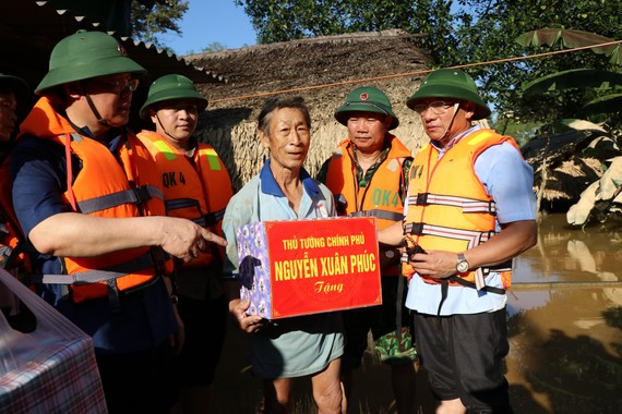 Phó Thủ tướng Vương Đình Huệ gửi lời hỏi thăm và trao quà của Thủ tướng Nguyễn Xuân Phúc tới bà con vùng lũ