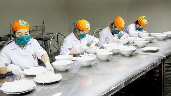 Làm sạch tổ yến tại Trung tâm triển lãm yến sào Việt Nam Việt Linh (xã Tam Thôn Hiệp, huyện Cần Giờ, TPHCM) Ảnh: PHIÊU NHIÊN