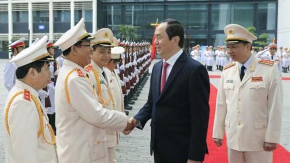Chủ tịch nước Trần Đại Quang với các đồng chí lãnh đạo, sỹ quan chỉ huy lực lượng Hậu cần - Kỹ thuật Công an nhân dân. Ảnh: TTXVN