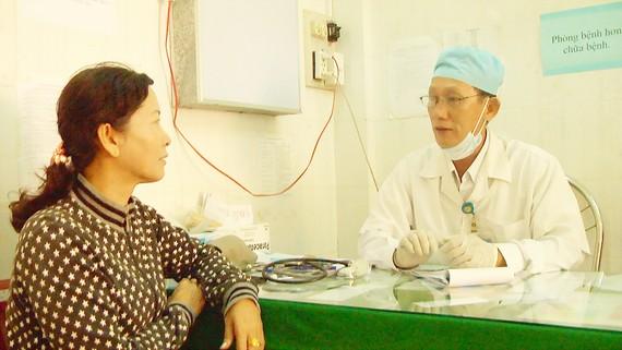 Bác sĩ Mai Phú Cường dặn dò bệnh nhân sau khi điều trị
