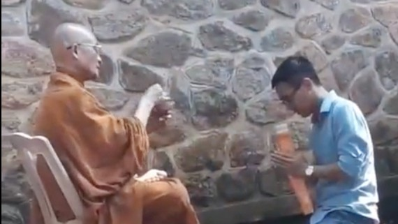 Hình ảnh sư đọc thần chú, vẩy nước lên khách