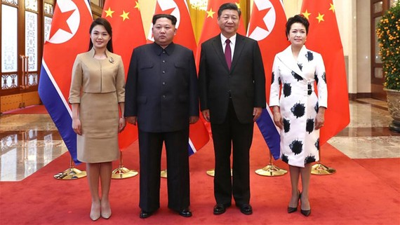 Lãnh đạo Kim Jong - un và phu nhân Ri Sol Ju hội kiến Chủ tịch Tập Cận Bình và phu nhân Bành Lệ Viện. Ảnh: TÂN HOA XÃ