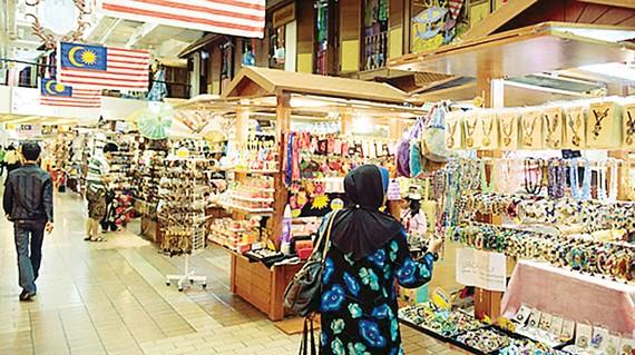 Du khách mua sắm tại khu chợ Central Market ở Malaysia