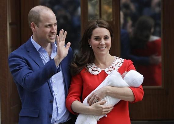 Hoàng tử mới sinh sẽ đứng thứ năm trong danh sách thừa kế ngai vàng hoàng gia Anh. Ảnh: AP