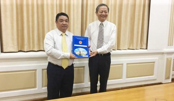 Phó Chủ tịch UBND TPHCM Lê Văn Khoa (phía bên phải)