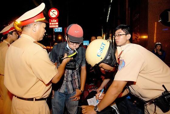 Lực lượng CSGT kiểm tra độ cồn người tham gia giao thông. Ảnh: MẠNH LINH