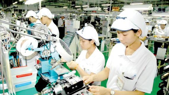 Sản xuất linh kiện điện tử tại doanh nghiệp Nhật Bản trong KCX Tân ThuậnẢnh: THÀNH TRÍ