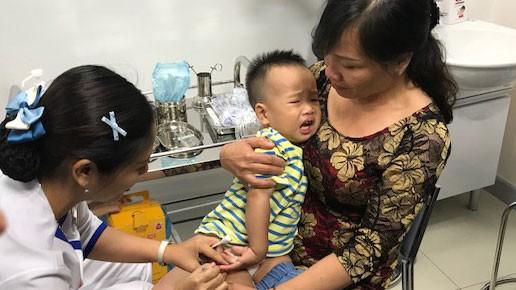 Trẻ tiêm vaccine Hexaxim 6 trong 1 sáng 16-6