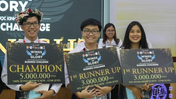 Bạn Châu Hoàng Long ( ngoài cùng bên trái ) xuất sắc giành được giải quán quân cuộc thi ISB Business Challenge 2018 với phần thưởng 5 triệu tiền mặt và học bổng 100% chương trình ICAEW – CFAB